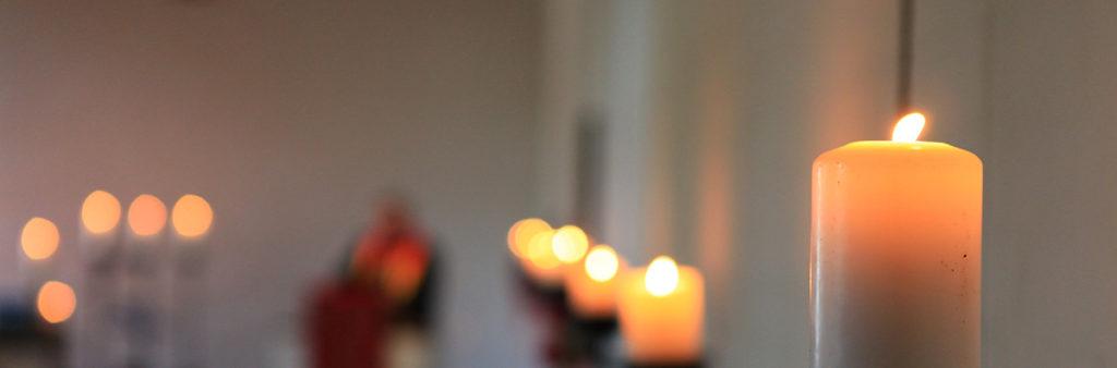 Brennende Kerze bei Trauerfeier