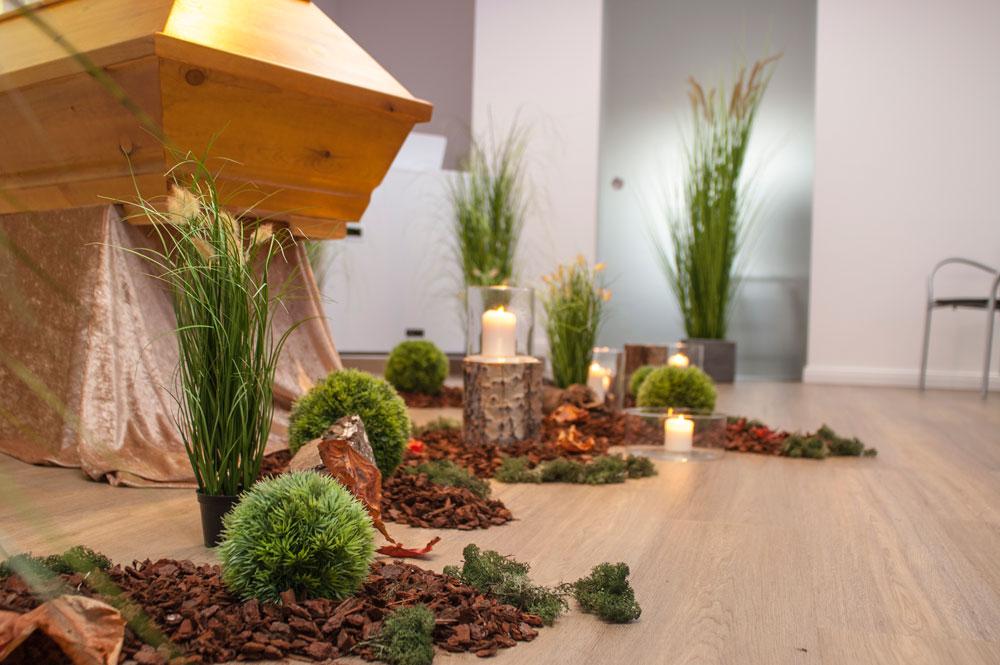 Wald-Dekoration mit Kerzen im Rahmen einer Waldbestattung in Hannover
