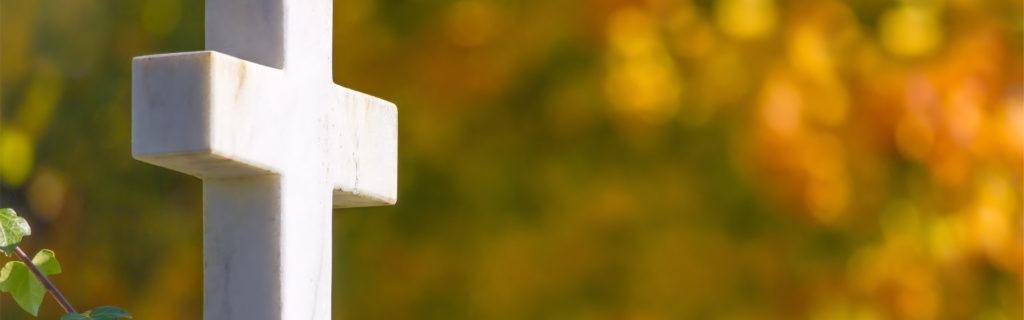 Weißes Kreuz als Symbol für Beerdigungskosten