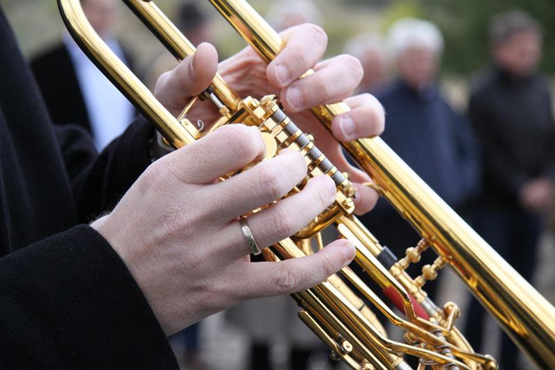 Blechbläser spielen Musik auf einer Beerdigung